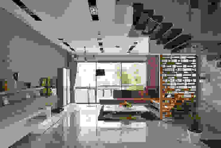 Phòng khách với thiết kế mở rộng rãi. bởi Công ty TNHH TK XD Song Phát Hiện đại Đồng / Đồng / Đồng thau