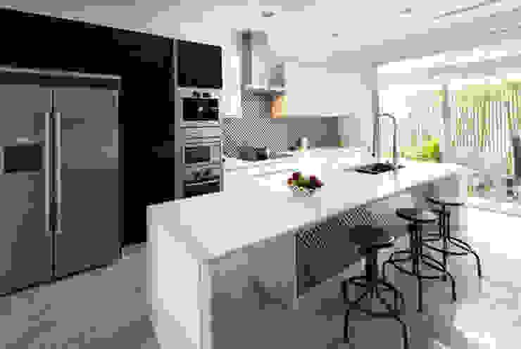 Gam màu trắng mang đến không gian hiện đại. Nhà bếp phong cách hiện đại bởi Công ty TNHH TK XD Song Phát Hiện đại Đồng / Đồng / Đồng thau