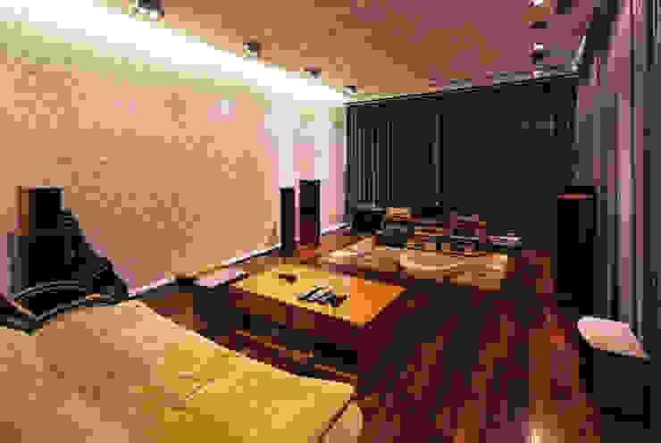 Phòng nghe nhạc xem phim được thiết kế kín đáo riêng tư. Phòng tập phong cách hiện đại bởi Công ty TNHH TK XD Song Phát Hiện đại Đồng / Đồng / Đồng thau