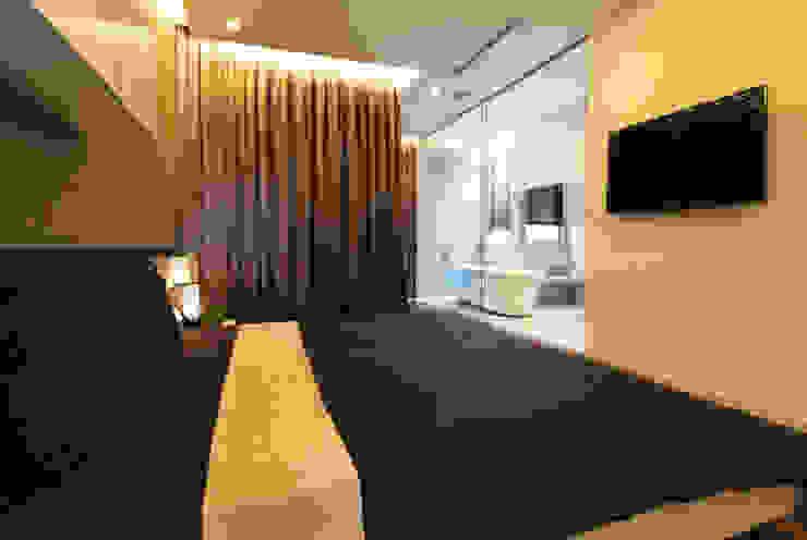 Phòng ngủ chính dành cho bố mẹ. Phòng ngủ phong cách hiện đại bởi Công ty TNHH TK XD Song Phát Hiện đại Đồng / Đồng / Đồng thau