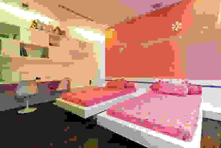 Không gian tươi vui với gam màu hồng nhẹ trên gam trắng chủ đạo. Phòng ngủ phong cách hiện đại bởi Công ty TNHH TK XD Song Phát Hiện đại Đồng / Đồng / Đồng thau