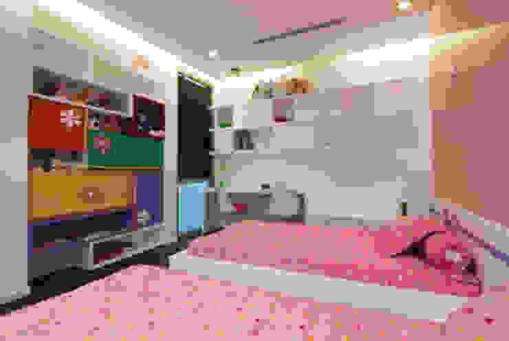 Kệ tủ được trang trí với nhiều màu sắc sống động. Phòng ngủ phong cách hiện đại bởi Công ty TNHH TK XD Song Phát Hiện đại Đồng / Đồng / Đồng thau