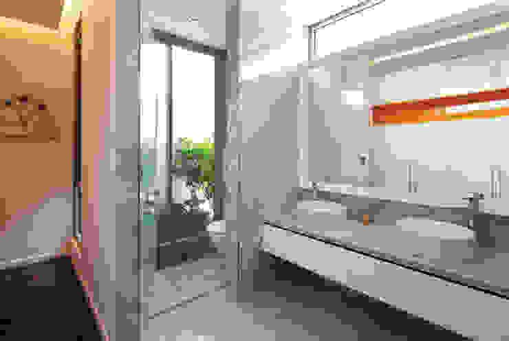 Phòng vệ sinh mở ra một khoảng vườn nhỏ. Phòng tắm phong cách hiện đại bởi Công ty TNHH TK XD Song Phát Hiện đại Đồng / Đồng / Đồng thau