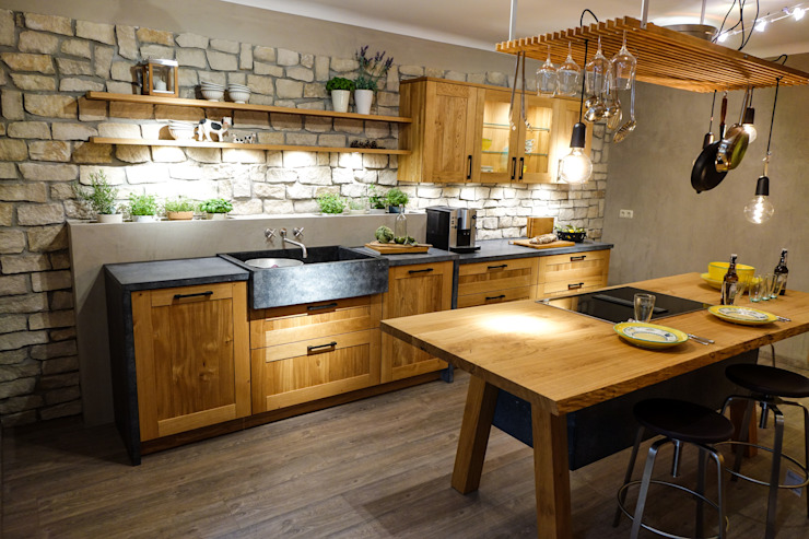 A real rustic oak kitchen !:  Kitchen by CasaLife,