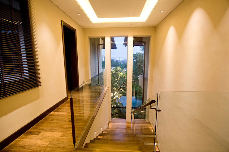 corridor and stairway Tropical corridor, hallway & stairs by MJ Kanny Architect Tropical