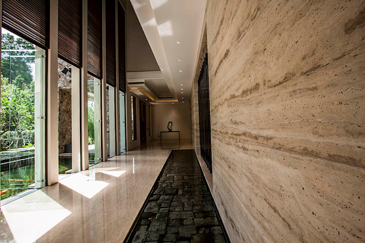 Hallway with water feature Tropical corridor, hallway & stairs by MJ Kanny Architect Tropical