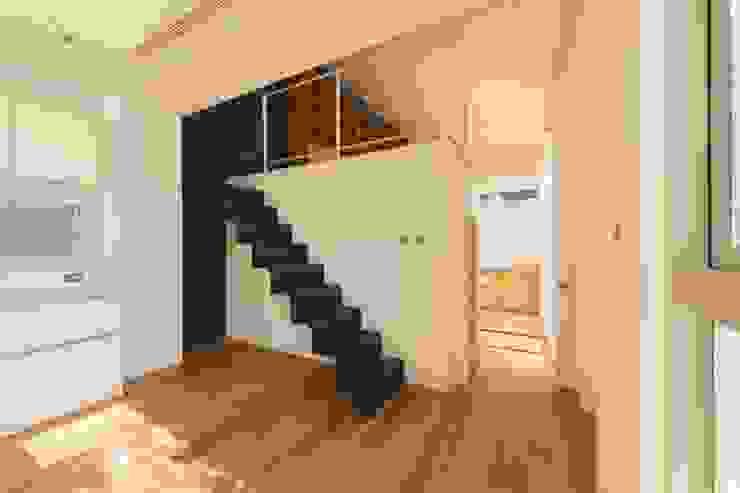 勝暉建築工程行 Modern corridor, hallway & stairs