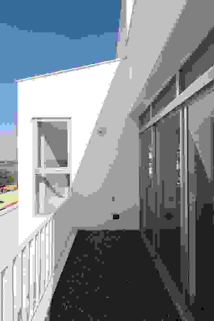 勝暉建築工程行 Balcone, Veranda & Terrazza in stile moderno