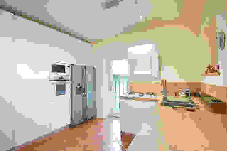 Nhà bếp phong cách công nghiệp bởi Annalisa Carli Công nghiệp Gỗ Wood effect