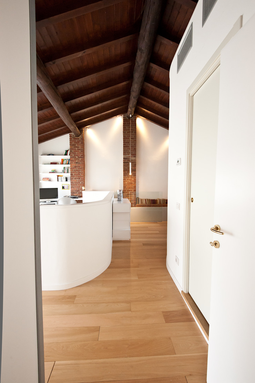 Phòng ngủ phong cách công nghiệp bởi Annalisa Carli Công nghiệp Gỗ Wood effect