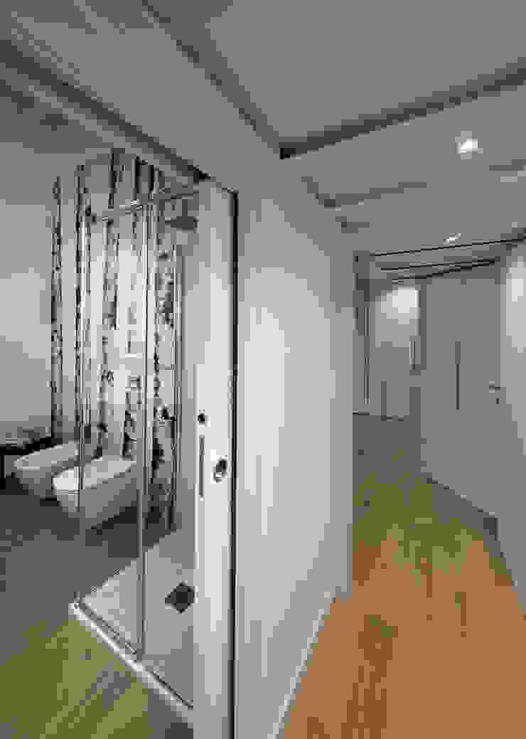 Annalisa Carli Scandinavian style bathroom Wood White
