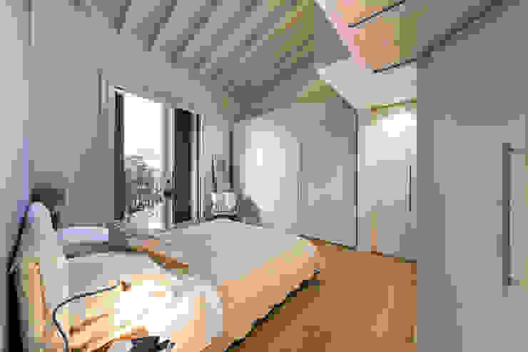 Annalisa Carli Scandinavian style bedroom Wood White