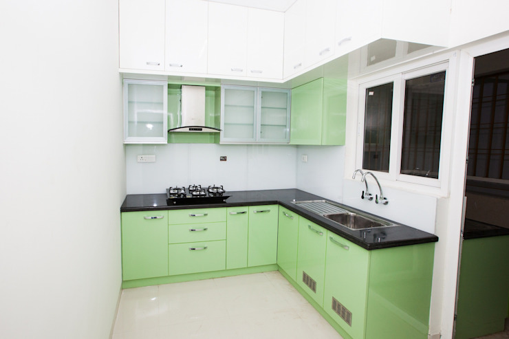 Kitchen with Lacquered Glass Backsplash 根據 U and I Designs 現代風