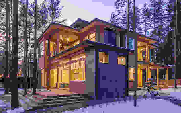 Передний фасад дома: Деревянные дома в . Автор – LUMI POLAR