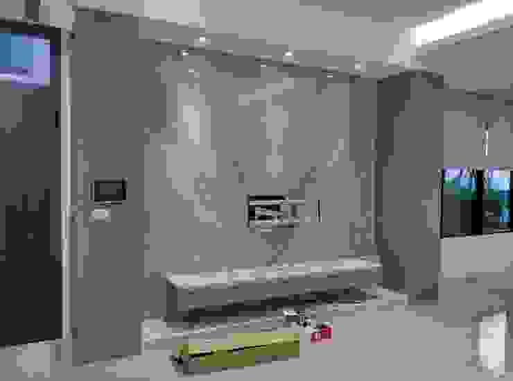電視牆 现代客厅設計點子、靈感 & 圖片 根據 紅帥設計 現代風 大理石