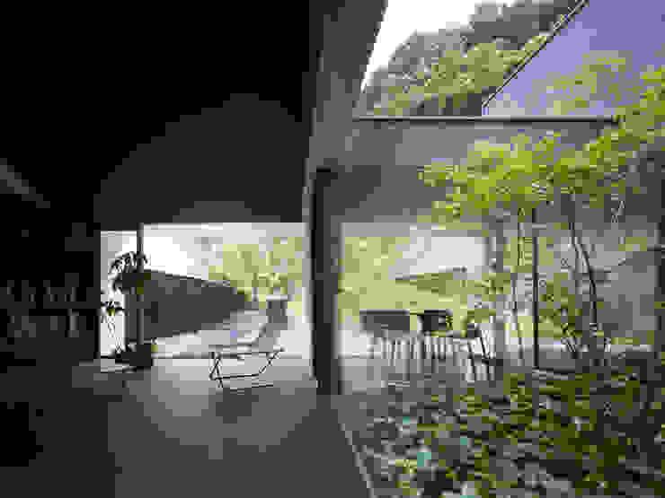 YY 自然と囲まれた内部が緩やかに繋がる家 モダンデザインの リビング の 山縣洋建築設計事務所 モダン