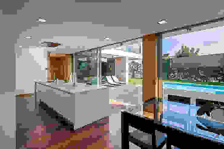 現代廚房設計點子、靈感&圖片 根據 ARKHY PHOTO 現代風
