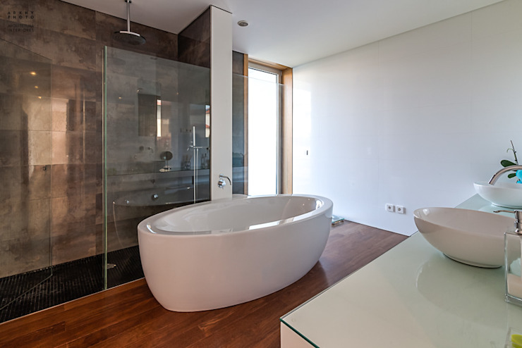 現代浴室設計點子、靈感&圖片 根據 ARKHY PHOTO 現代風