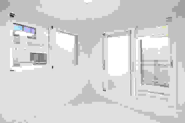 성내동 퀸즈빌 인테리어 리모델링(18py) 모던스타일 거실 by 바나나웍스 모던 유리