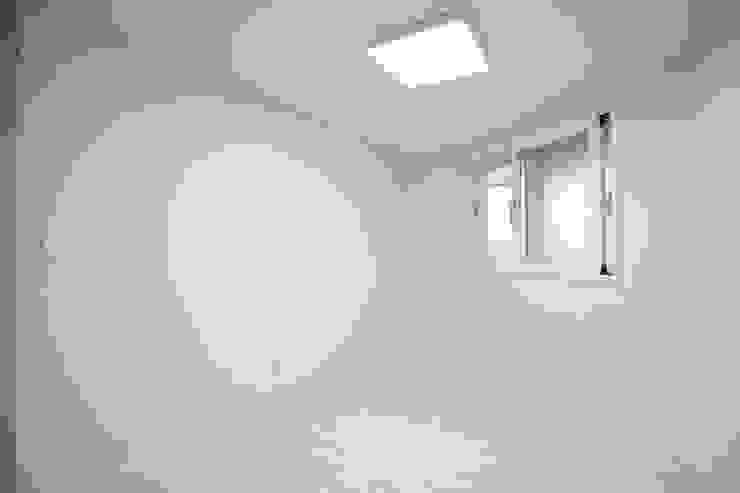 성내동 퀸즈빌 인테리어 리모델링(18py) 모던스타일 침실 by 바나나웍스 모던 유리