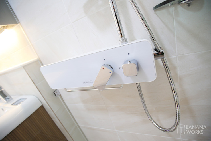 성내동 퀸즈빌 인테리어 리모델링(18py) 모던스타일 욕실 by 바나나웍스 모던 금속