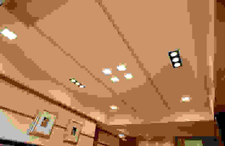 簡 现代客厅設計點子、靈感 & 圖片 根據 松泰室內裝修設計工程有限公司 現代風 實木 Multicolored