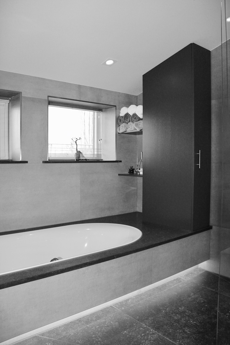 BAD MET BADKAST Moderne badkamers van VAN VEEN INTERIOR DESIGN Modern Tegels