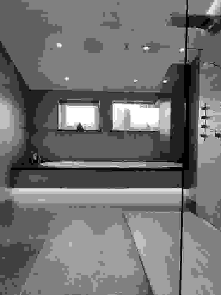 BADKAMER Moderne badkamers van VAN VEEN INTERIOR DESIGN Modern Tegels