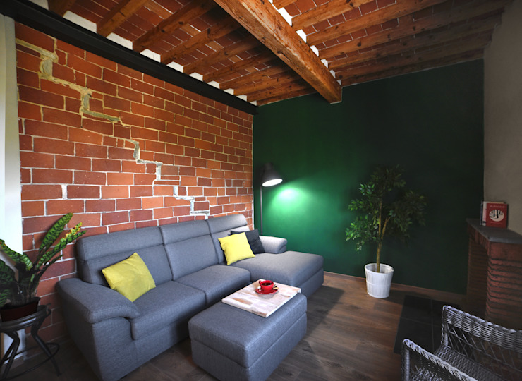 La sala: mattoni e verde profondo.: Soggiorno in stile  di Rifò