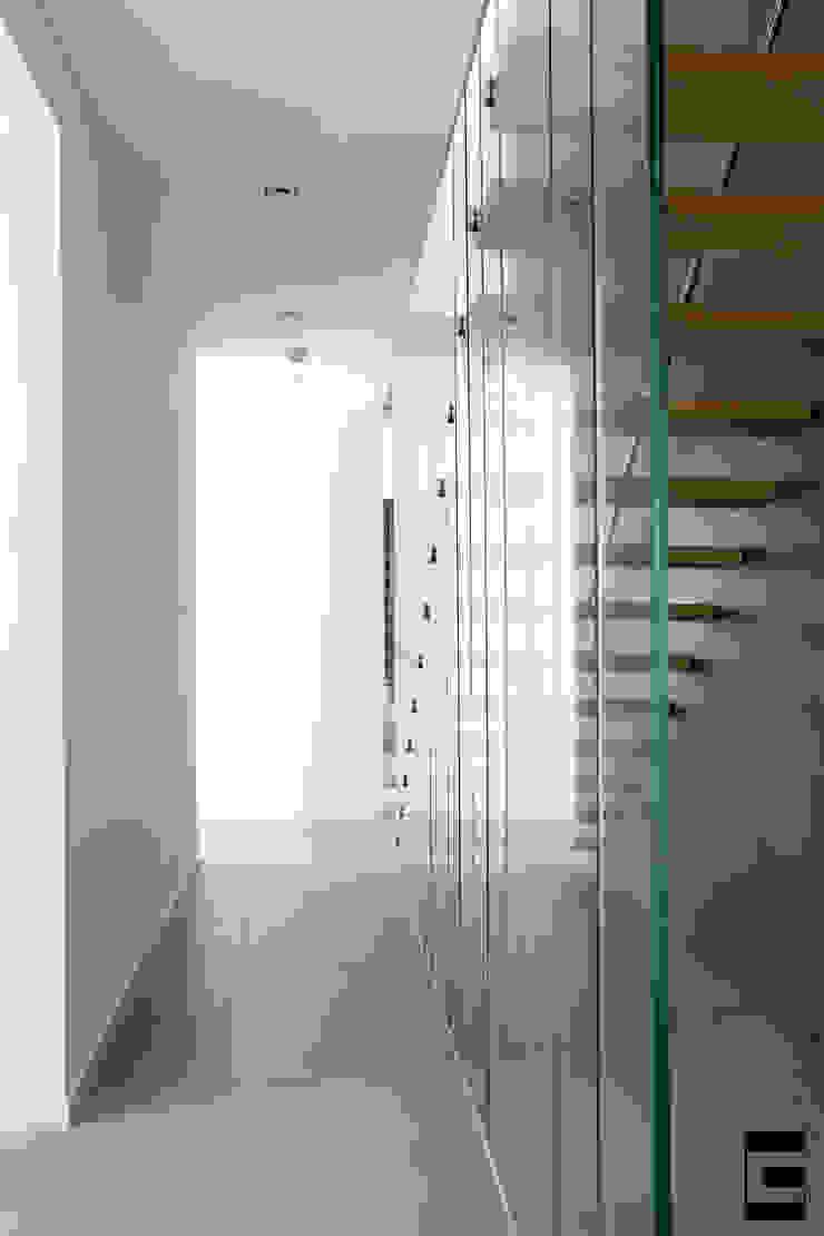 Hal | trap Moderne gangen, hallen & trappenhuizen van Geert van den Oetelaar . Architect Modern