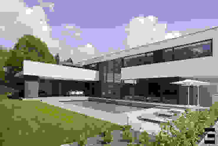 Achtergevel | zwembad Moderne huizen van Geert van den Oetelaar . Architect Modern