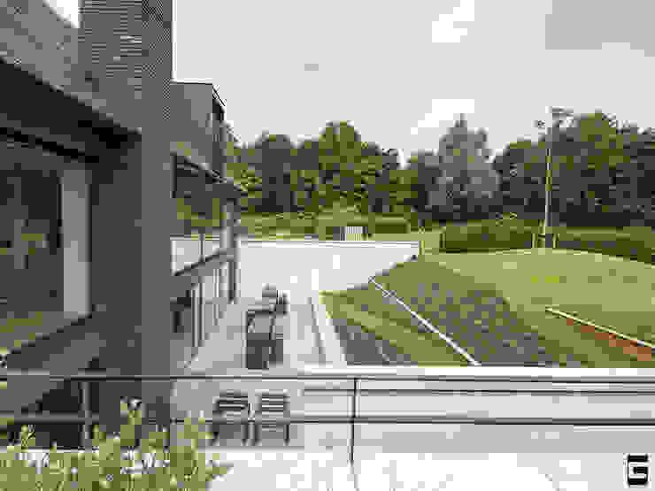 Achtergevel | terras | tuin Moderne huizen van Geert van den Oetelaar . Architect Modern