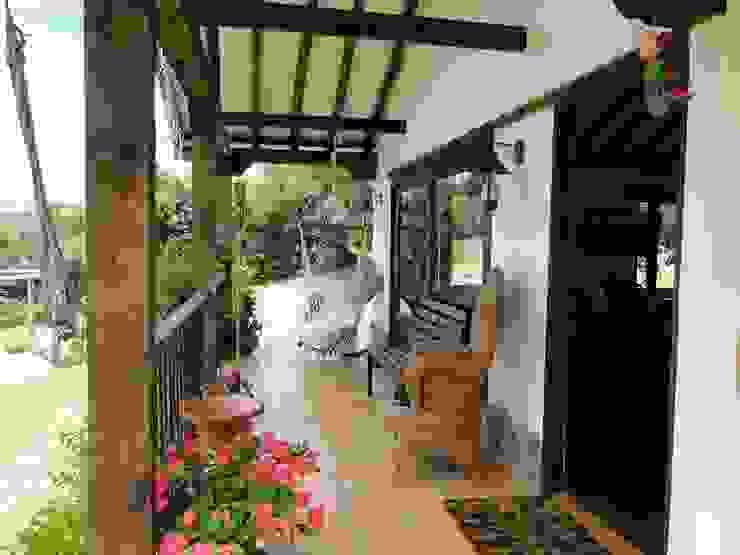 Hành lang, sảnh & cầu thang phong cách kinh điển bởi Pro Escala Arquitectos SAS Kinh điển