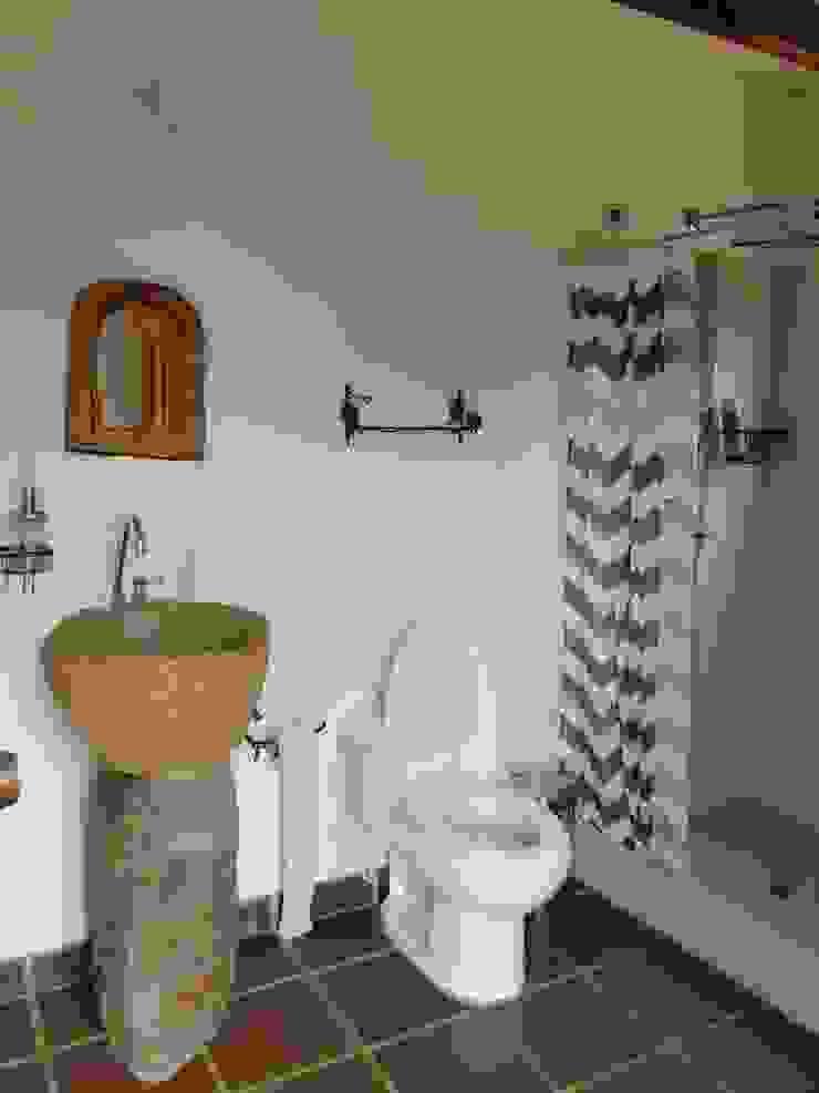 Casa De Campo El Cucharal Baños de estilo clásico de Pro Escala Arquitectos SAS Clásico