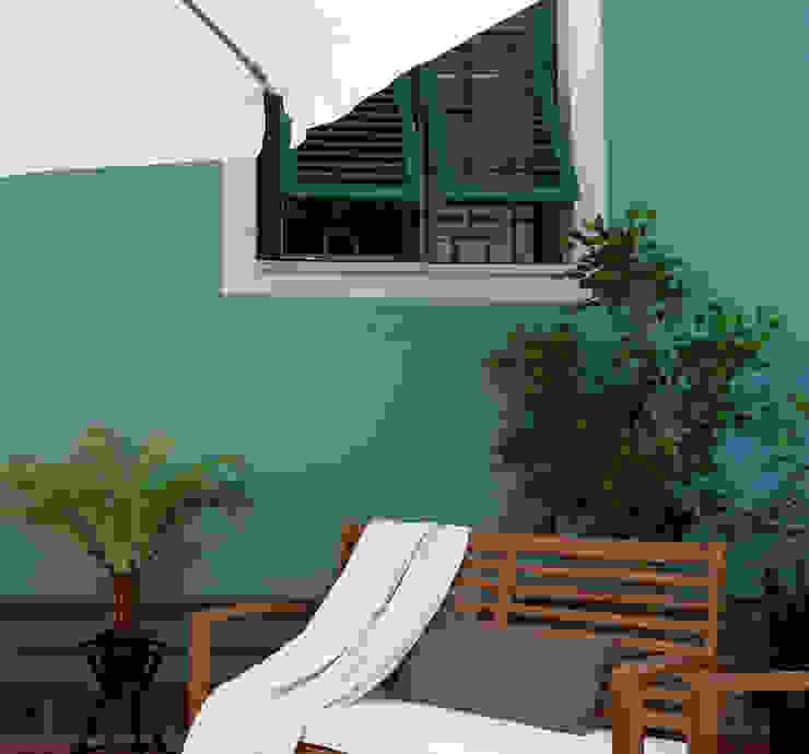 Palette colore per l'esterno.: Terrazza in stile  di Rifò