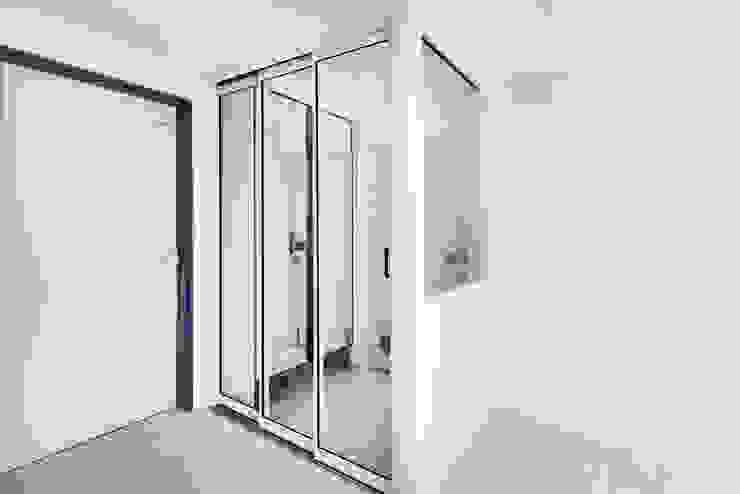 Moderner Flur, Diele & Treppenhaus von 바나나웍스 Modern Glas