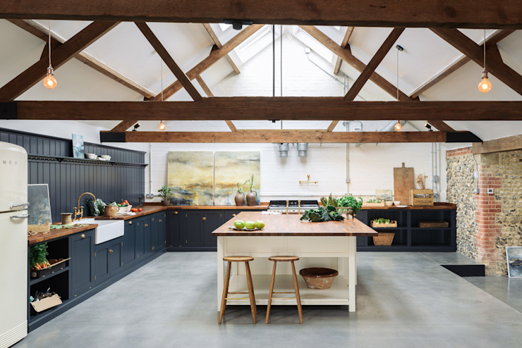 The Cattle Shed Kitchen, North Norfolk Cucina rurale di deVOL Kitchens Rurale Legno Effetto legno