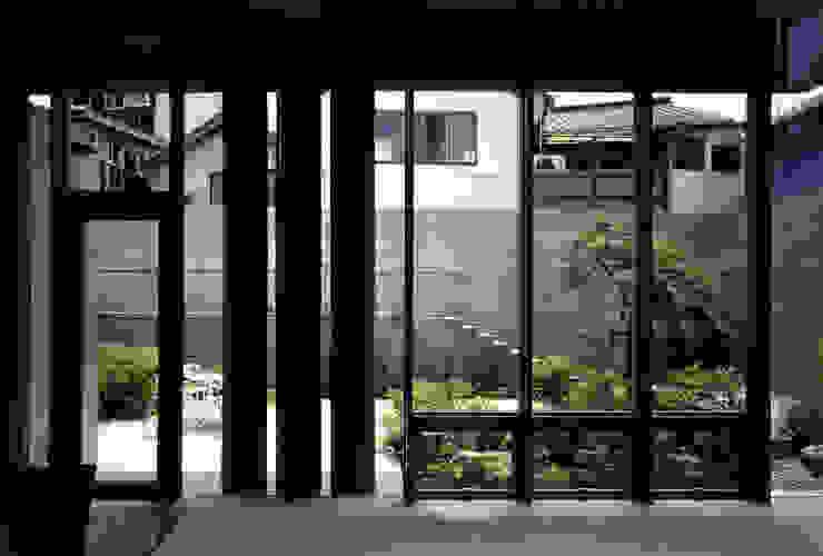 蒲郡、商業地指定ながら平屋としてゆったりと建つ海辺市街地の別荘 マイアミビエンナーレ居住部門ゴールドメダル受賞 モダンデザインの リビング の JWA,Jun Watanabe & Associates モダン