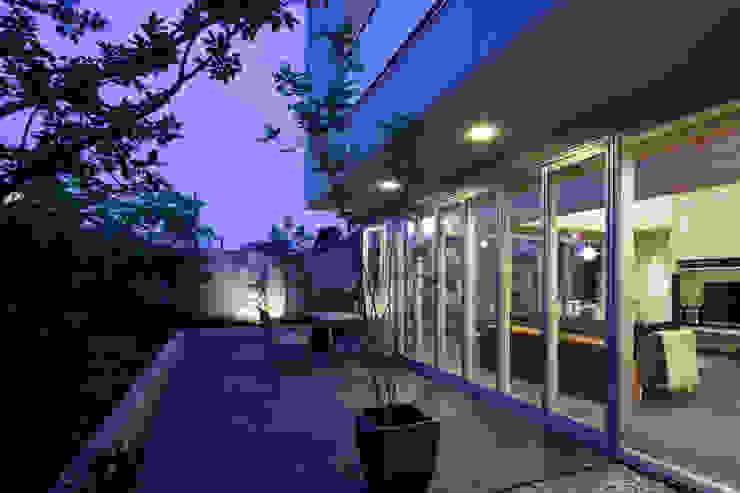 ミドセンチュリーテイスト 居間がテラスと一体化して繋がる成城の住まい JWA,Jun Watanabe & Associates モダンデザインの テラス