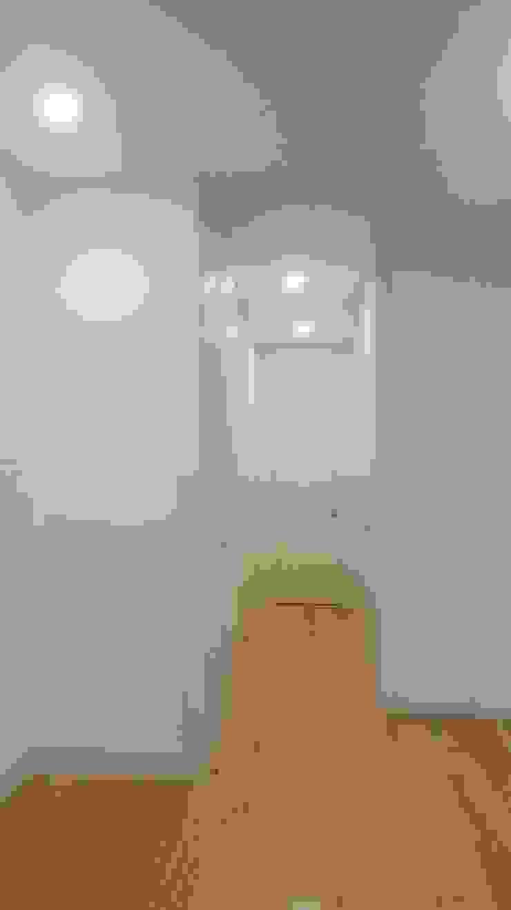 Modern Corridor, Hallway and Staircase by BCA Arquitetura Modern