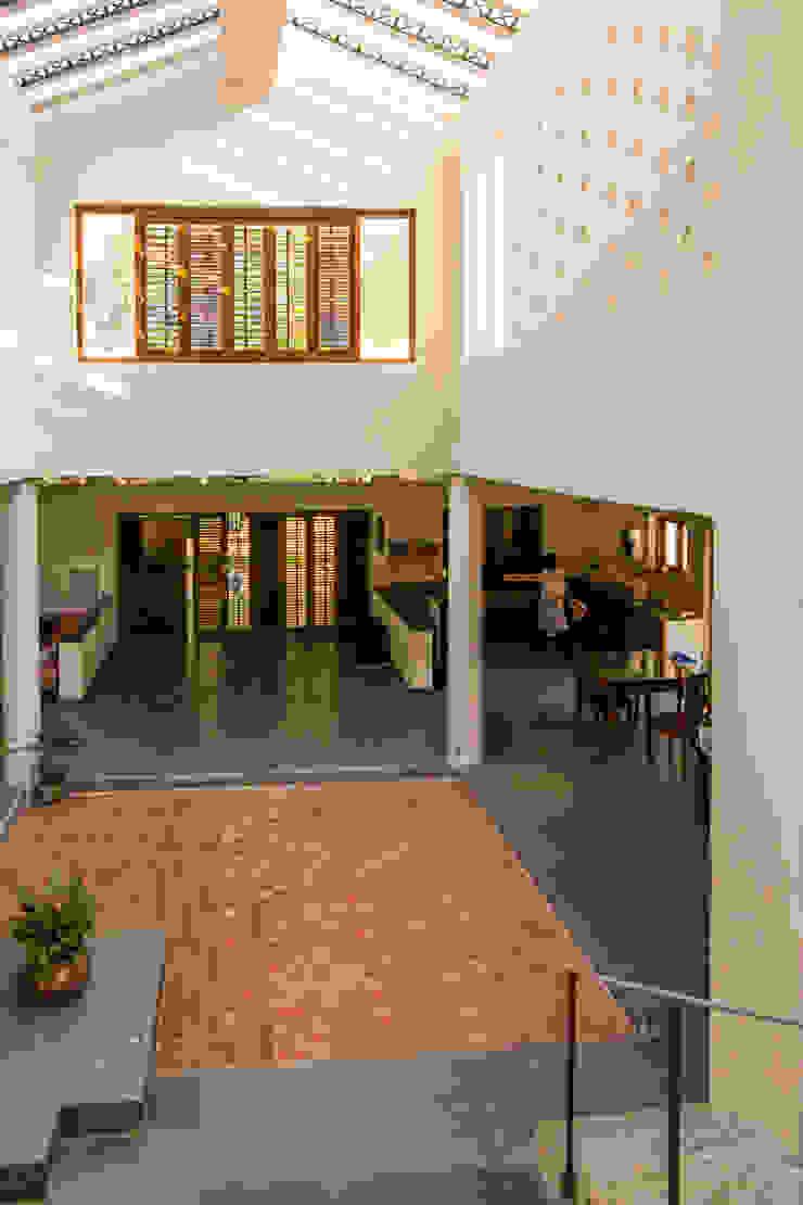 THE COURTYARD HOUSE Modern corridor, hallway & stairs by CARTWHEEL Modern