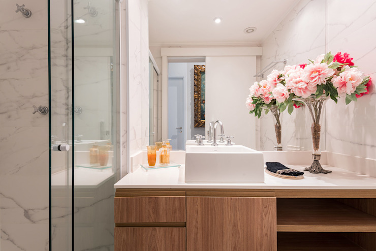 Estímulo Urbano - Banheiro Social Banheiros clássicos por Studio Ideação Clássico Madeira Efeito de madeira