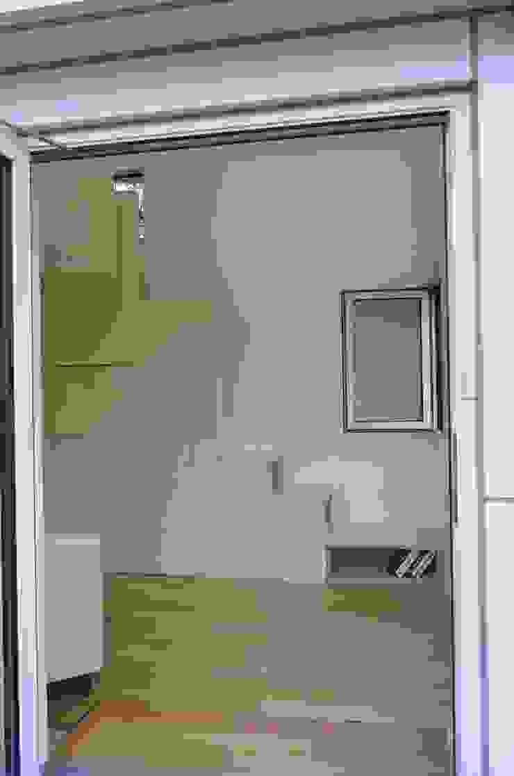 Minimalist style doors by 마룸 Minimalist