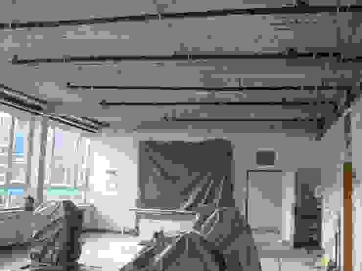 Einbau der Heizrohre unter der Betondecke, die sich später in der runtergehängten Decke befinden sollen. Kaya Architekten Klassischer Multimedia-Raum
