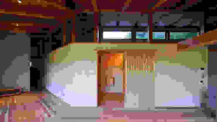 Salon original par 水野建築研究所 Éclectique Bois Effet bois