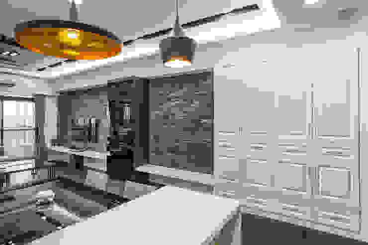 現代風居家暗藏玻璃屋!沉穩灰階也能展現明、淨、透 现代客厅設計點子、靈感 & 圖片 根據 唐御品空間設計 現代風