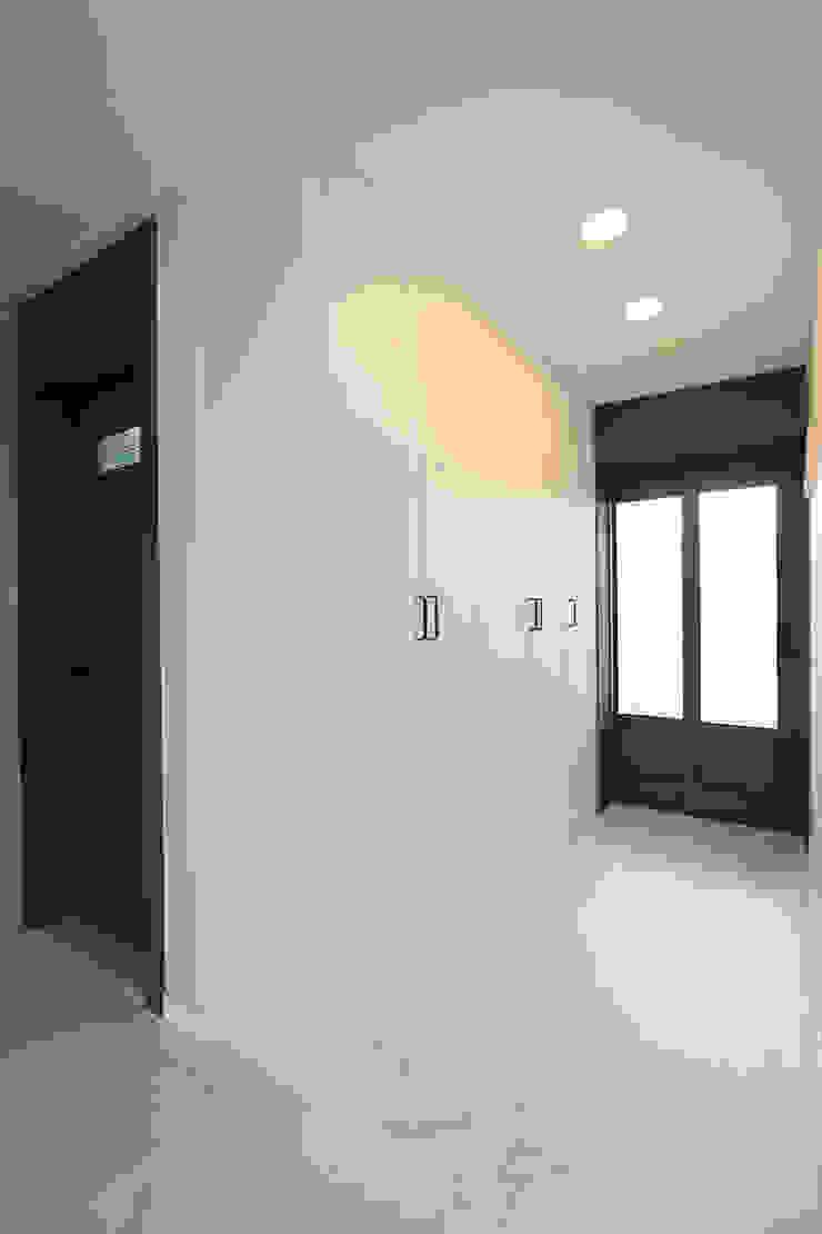 Modern Corridor, Hallway and Staircase by 한 인테리어 디자인 Modern