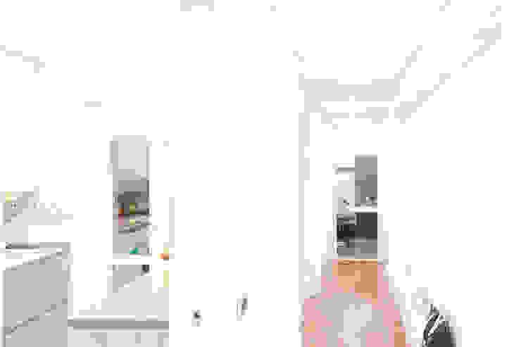 現代風玄關、走廊與階梯 根據 Arch. Della Santa Giorgio 現代風
