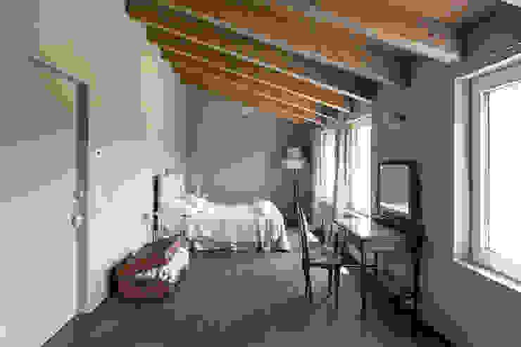 La camera padronale. HAUME - abitazioni in legno Camera da letto in stile rustico Legno Effetto legno