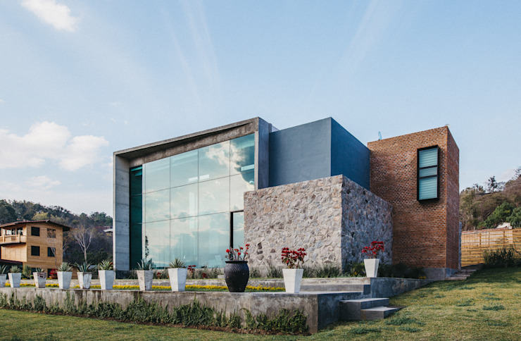 Fachada: Casas unifamiliares de estilo  por Zona Arquitectura Más Ingeniería